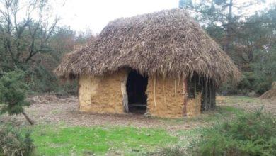 Photo de Ouest-France : inauguration de la maison néolithique de Saint-Just